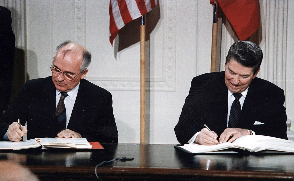 Reagan and Gorbachev INF signing IN 1987